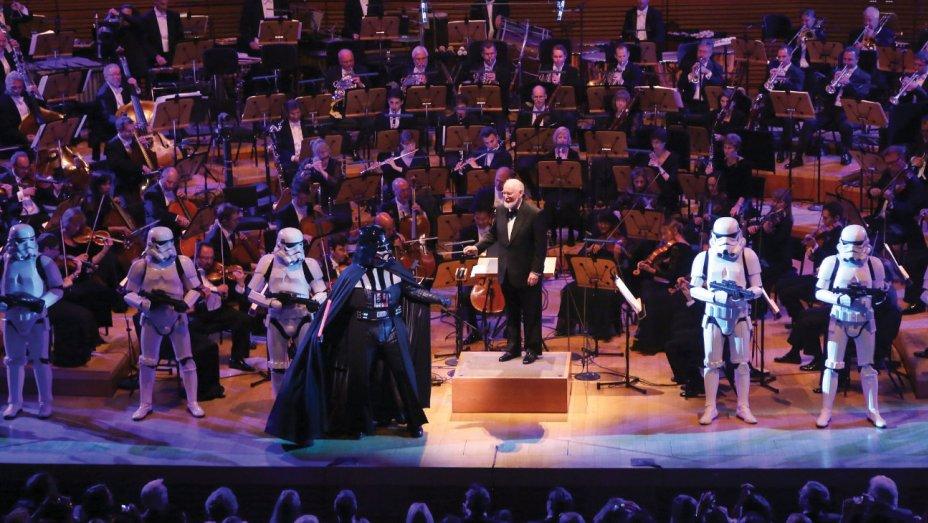 John Williams sul palco durante un'esecuzione dal vivo della colonna sonora di Star Wars