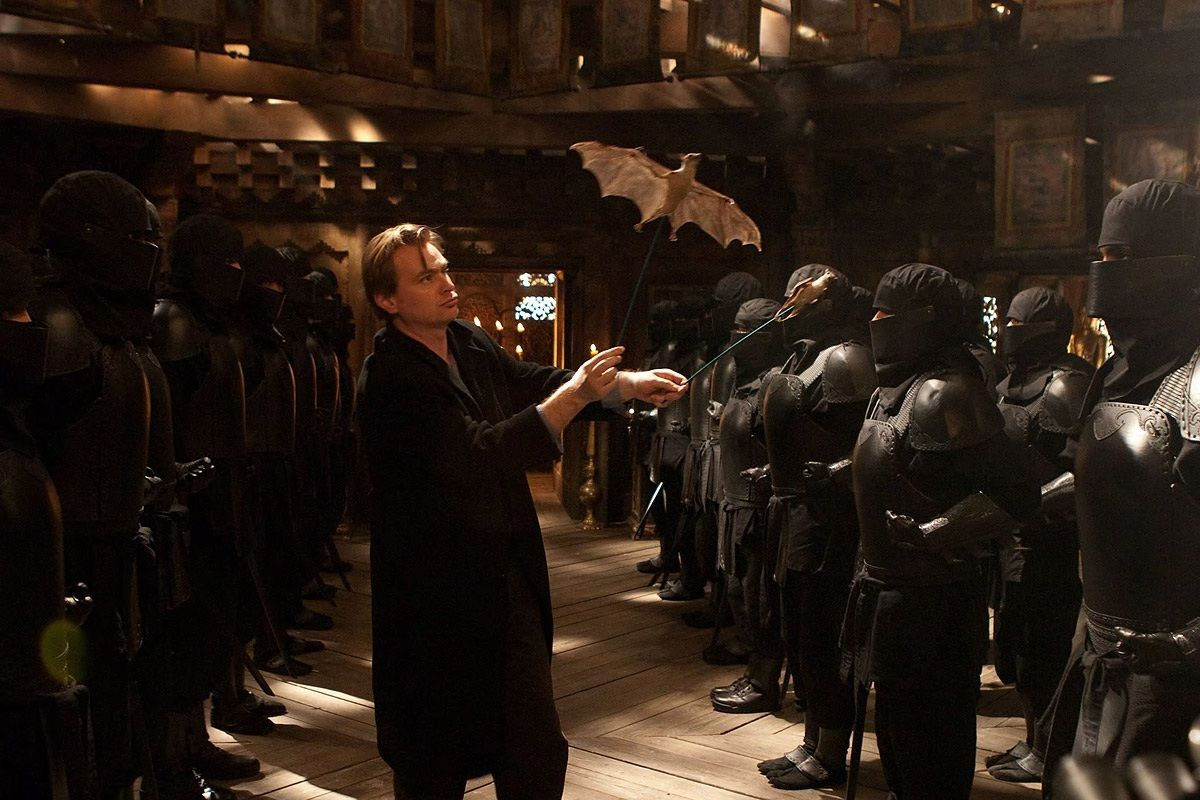 Il regista studia una ripresa di Batman Begins.