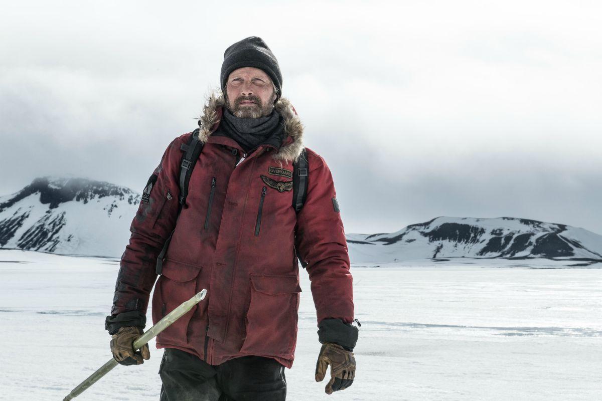 Mads Mikkelsen in una scena di Arctic.
