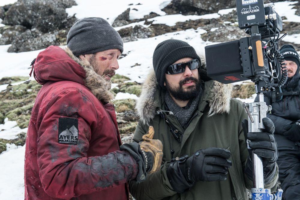 Mads Mikkelsen e Joe Penna sul set di Arctic.