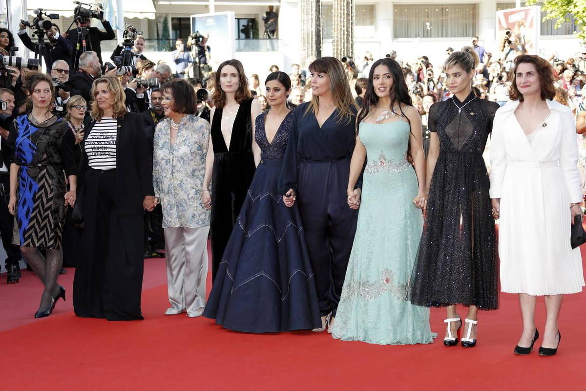 Salma Hayek insieme alle colleghe sul red carpet.