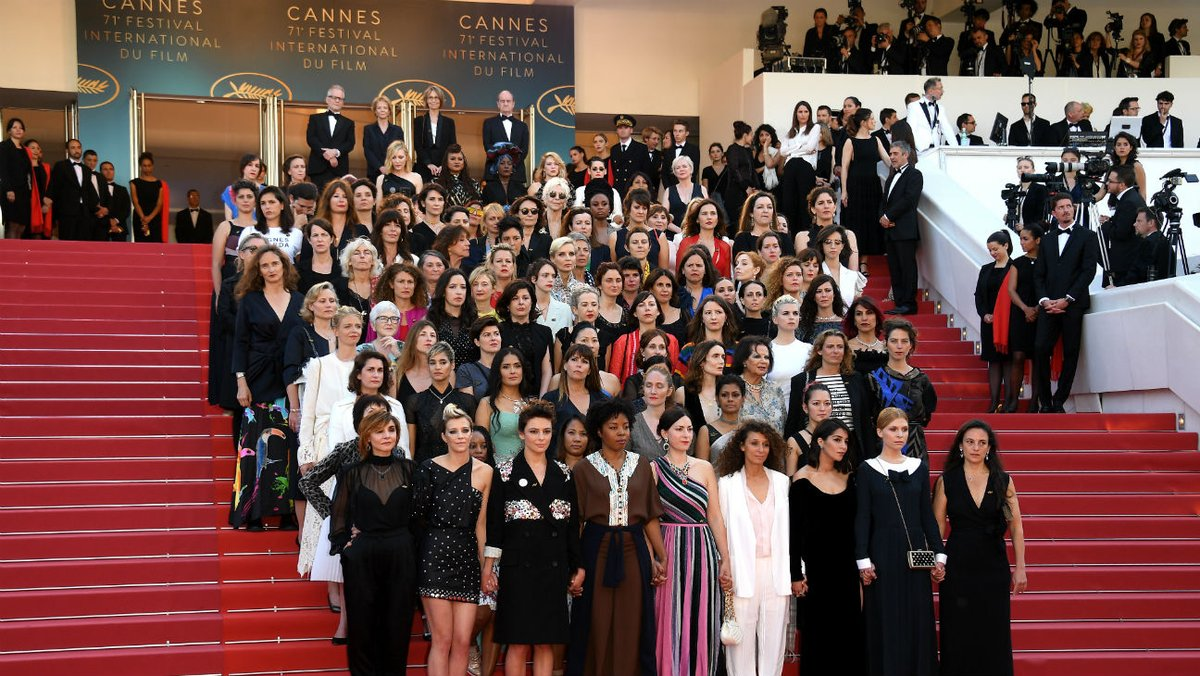 Foto di gruppo al femminile per la Women's March sul red carpet di Cannes71.