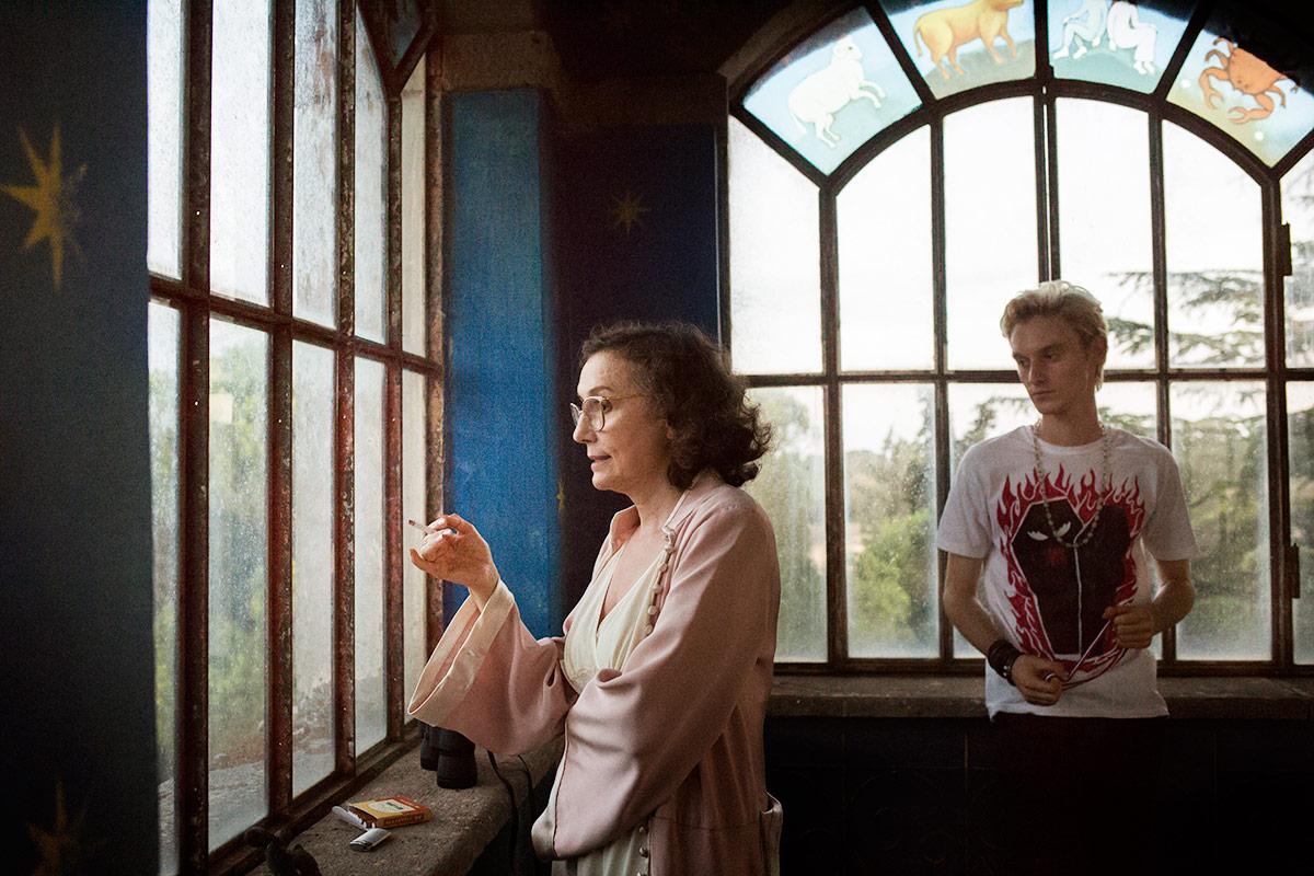 Nicoletta Braschi e Luca Chikovani in una scena di Lazzaro felice.