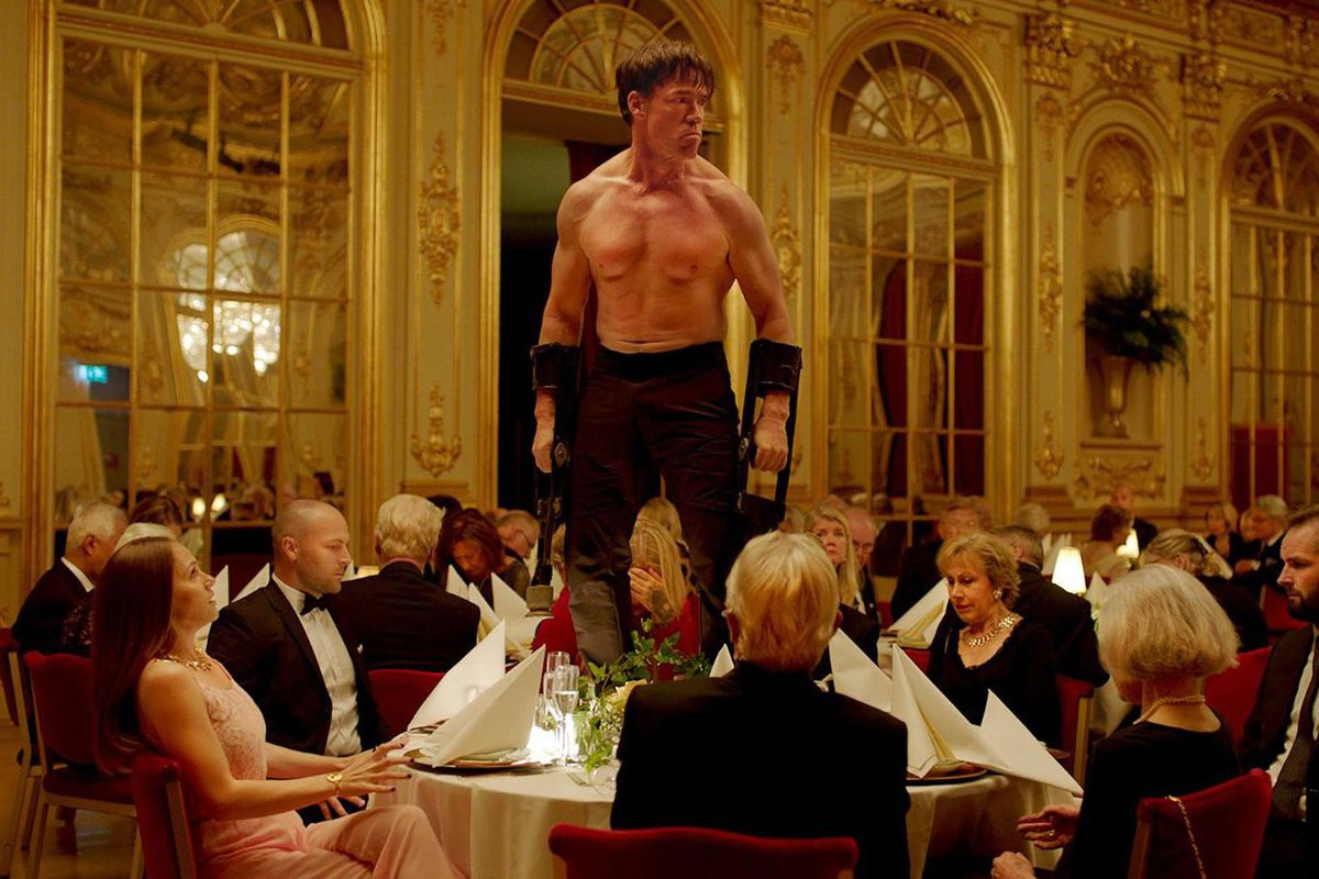La scena dell'irruzione alla cena.