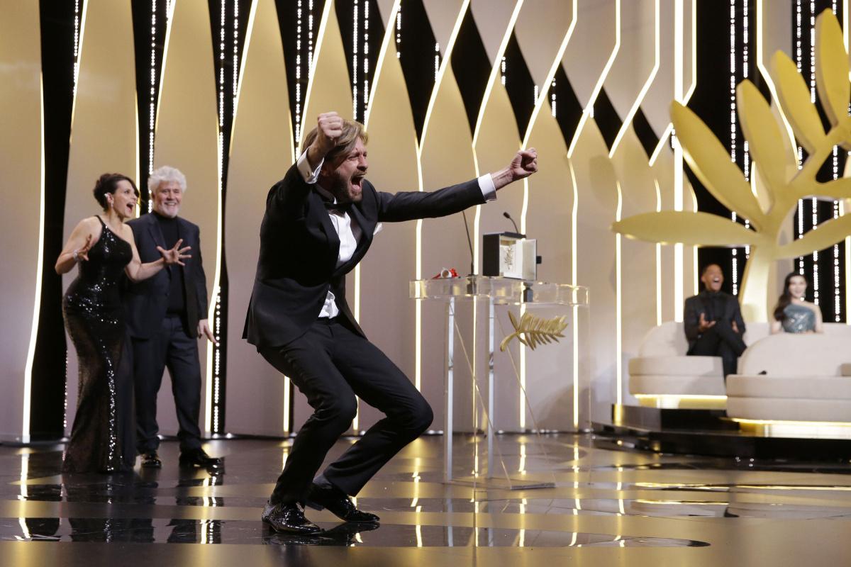 La gioia di Ruben Ostlund al ritiro della Palma d'oro a Cannes70.