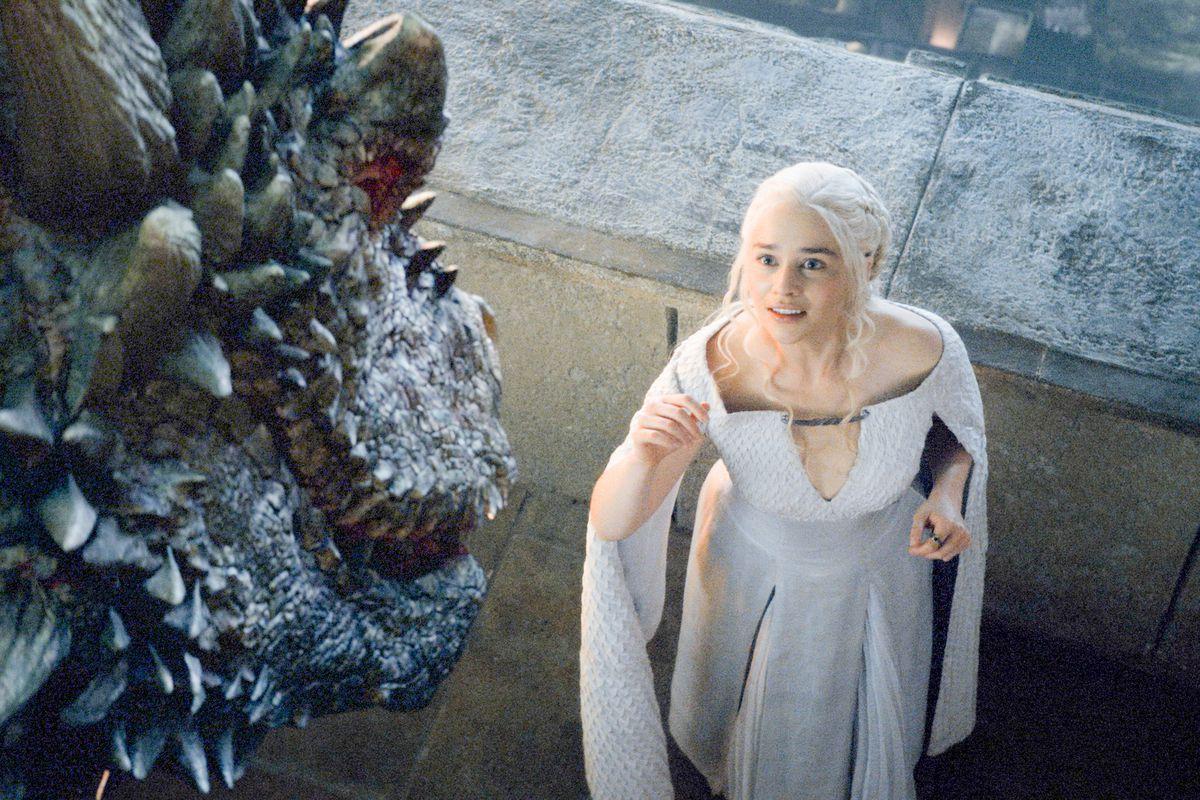 Daenerys e uno dei suoi draghi in una scena de Il Trono di Spade.
