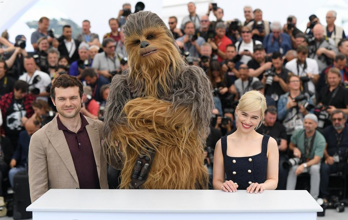 Alden Ehrenreich, Emilia Clarke e Chewbecca al photocall di Cannes71.