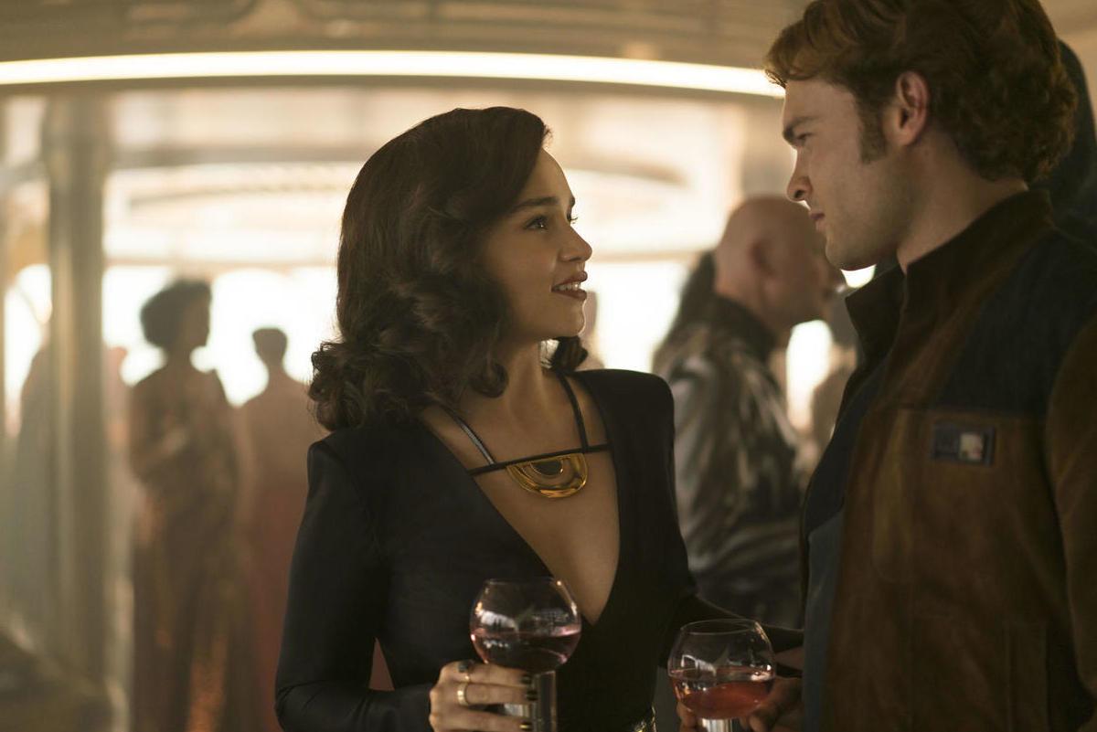Emilia Clarke e Alden Ehrenreich in una scena di Solo: A Star Wars Story.