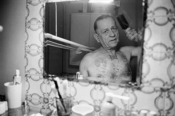 Henri Charrière e il tatuaggio a forma di farfalla sul petto.