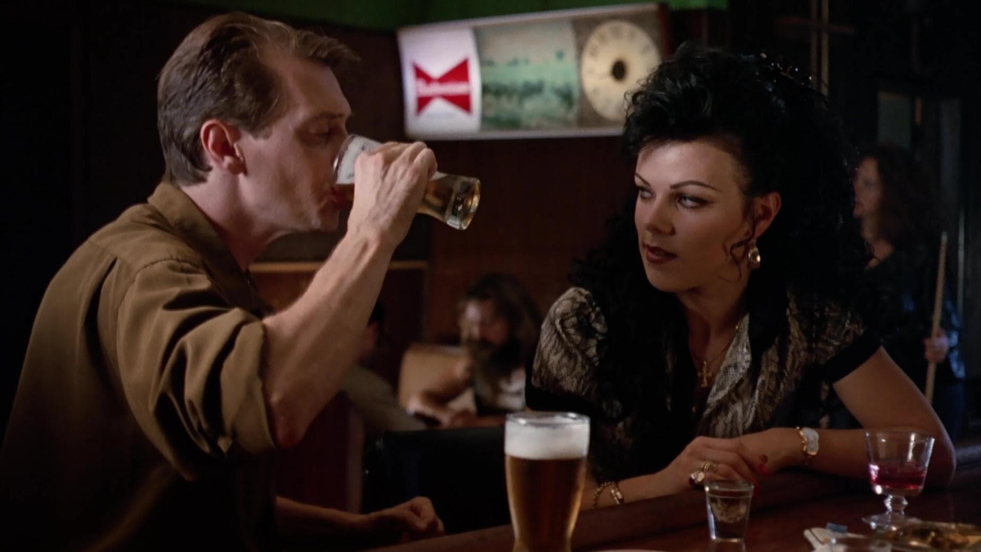 Steve Buscemi e Debi Mazar in una scena di Mosche da bar.