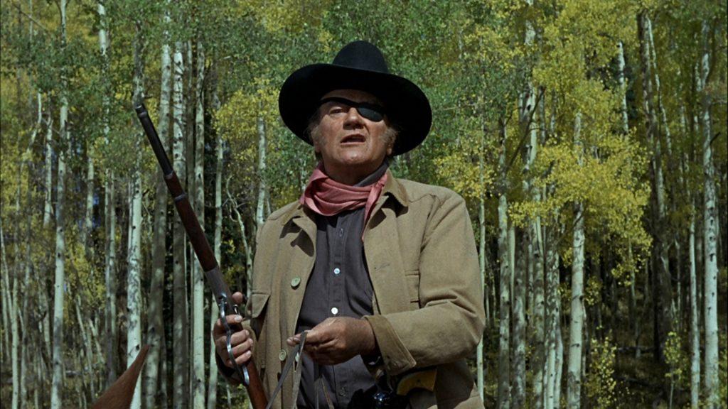John Wayne è Rooster Cogburn detto Il Grinta