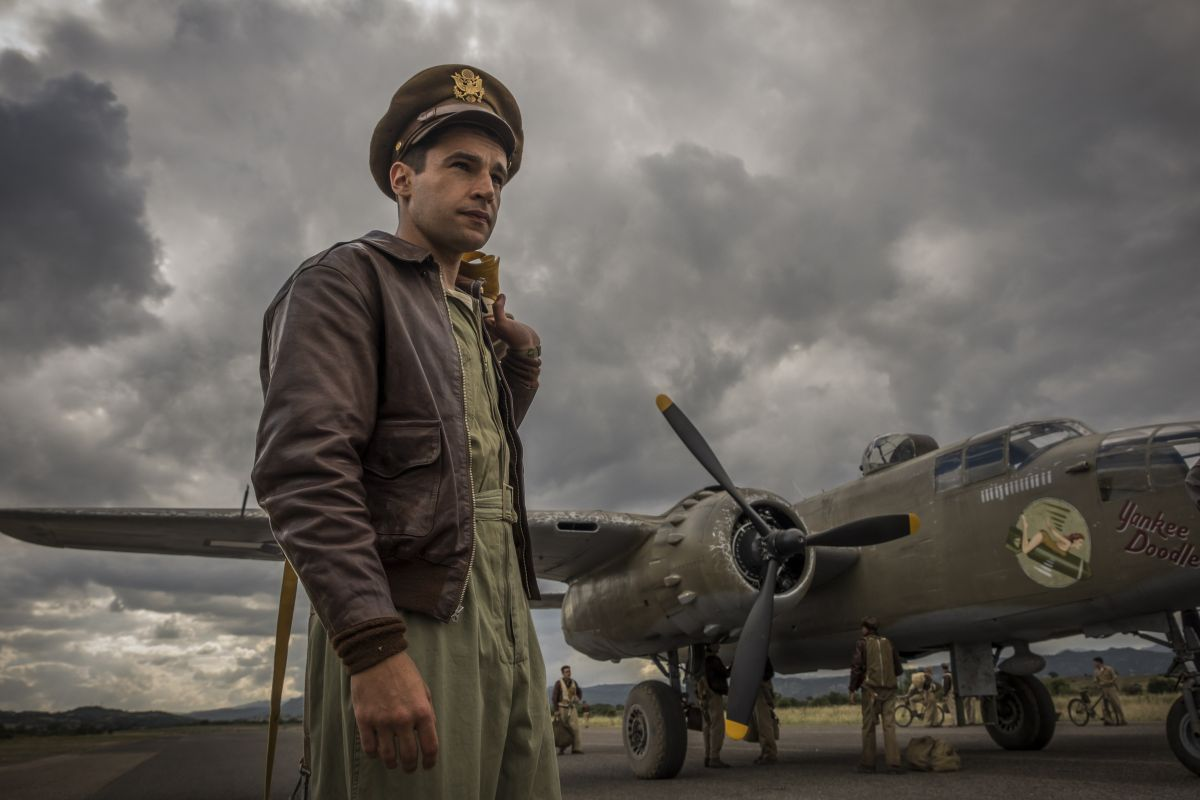 Catch-22, Christopher Abbott in una scena