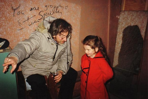 bambina dal cappotto rosso