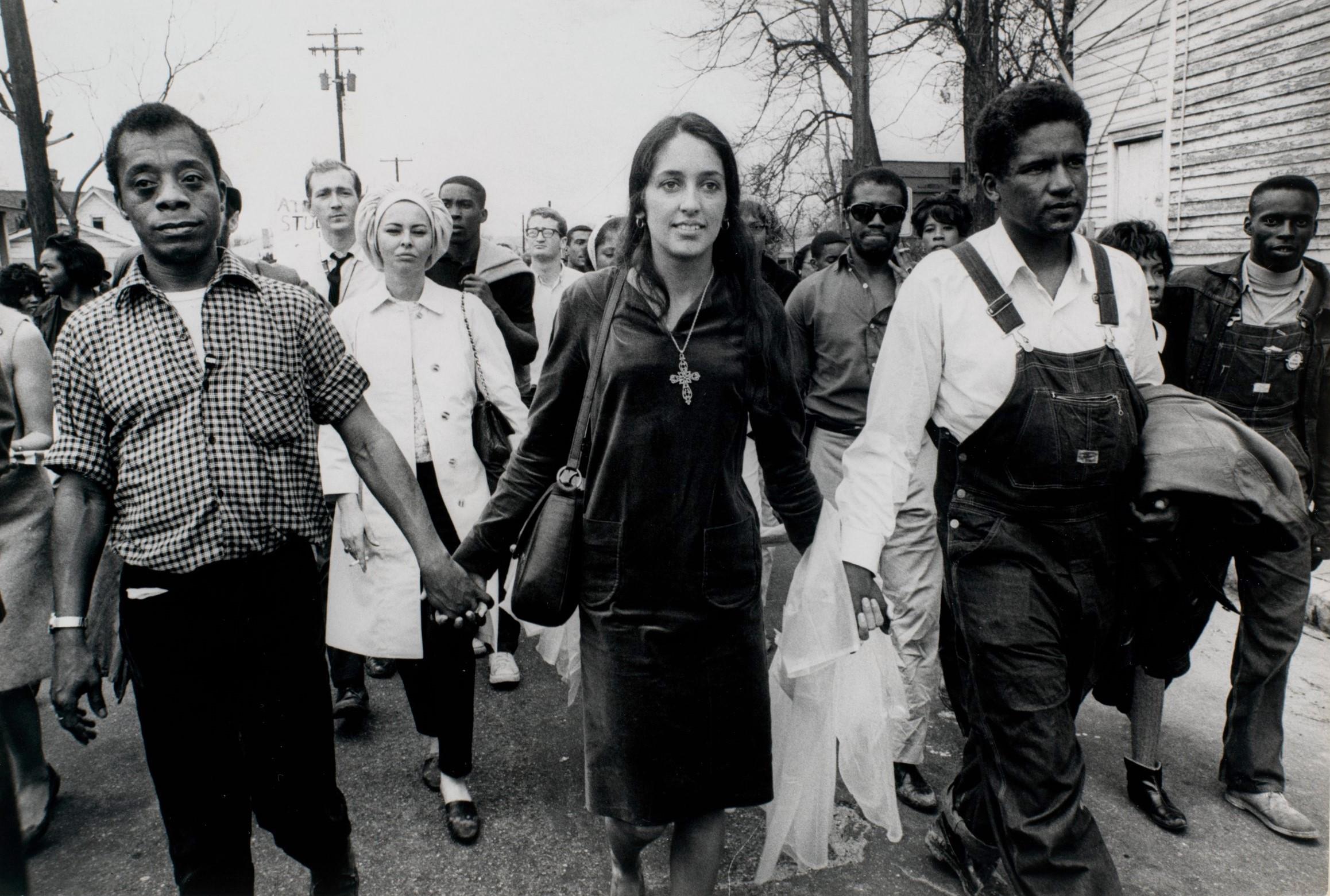 James Baldwin, Joan Baez e James Forman in una foto scattata a Selma.