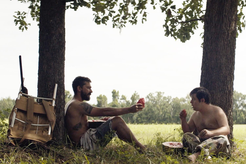 Shia LaBeouf e Zack Gottsagen in una scena di The Peanut Butter Falcon