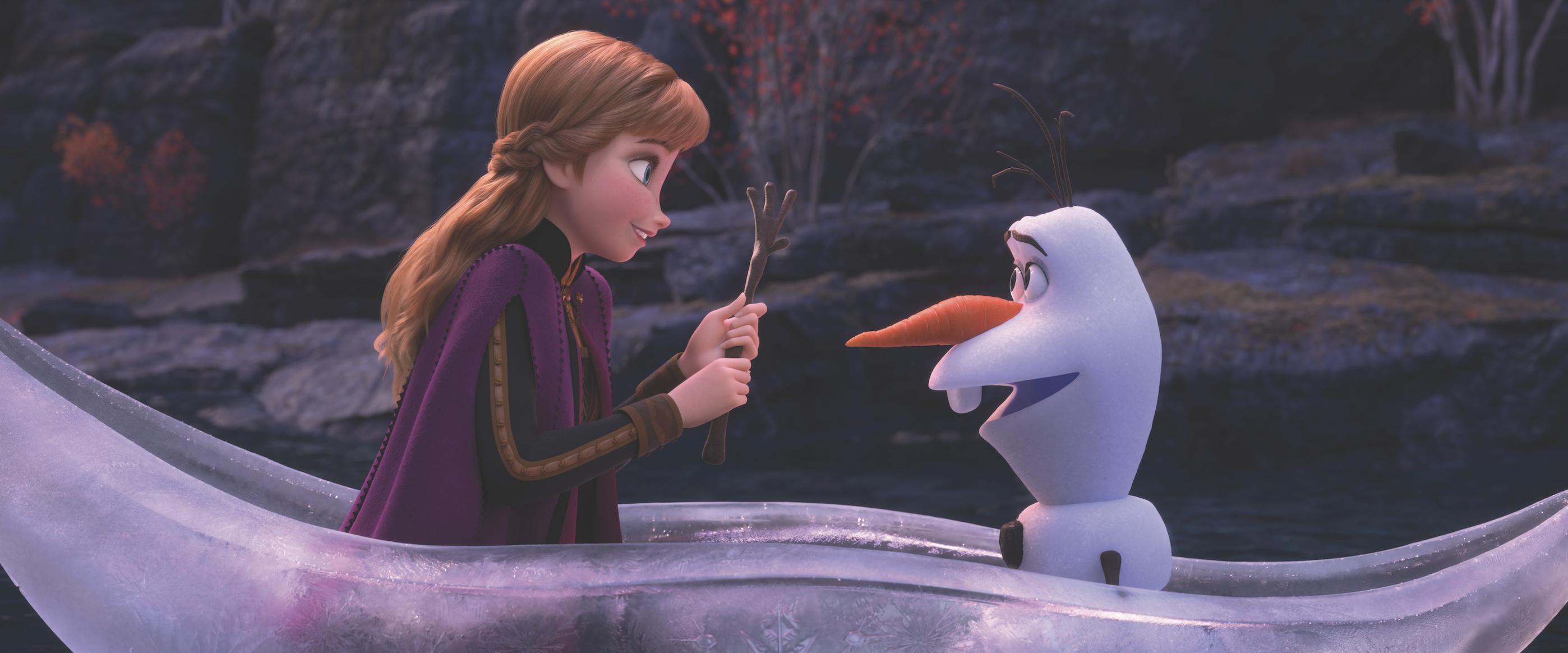 Anna e Olaf in una scena di Frozen 2