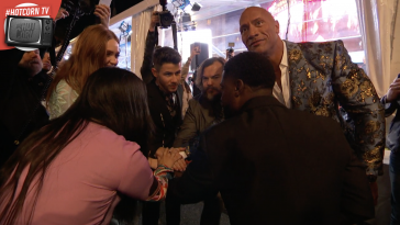 Awkwafina e Kevin Hart (di spalle), Karen Gillan, Nick Jonas, Jack Black e Dwayne Johnson alla première di Jumanji: The Next Level
