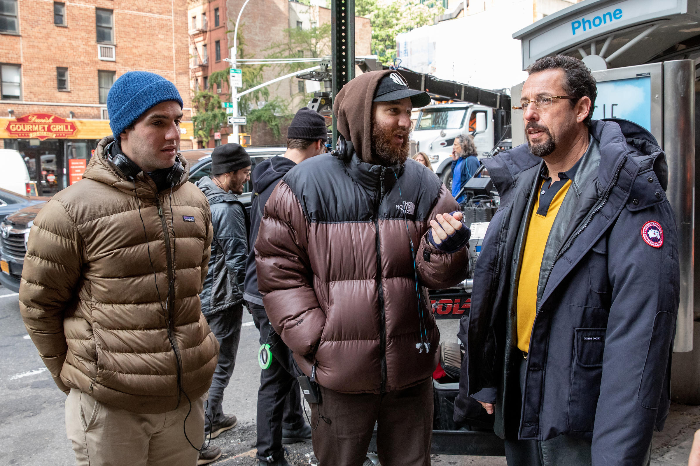 Benny e Josh Safdie con Adam Sandler