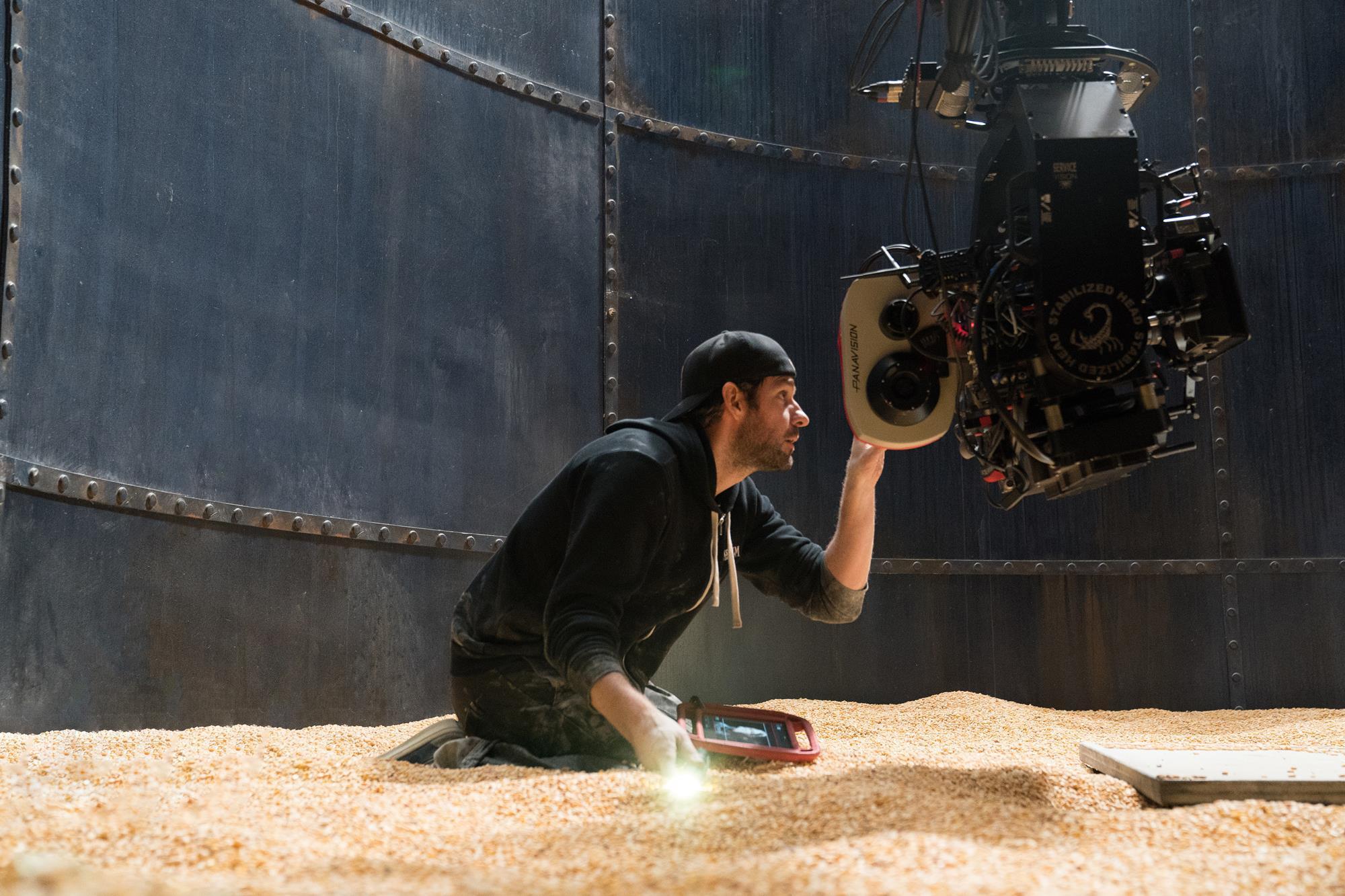 Krasinski in uno dei silos del film