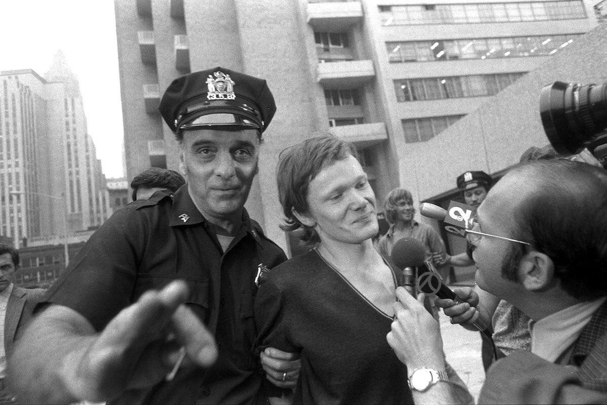 Un sorridente Philippe Petit al momento dell'arresto