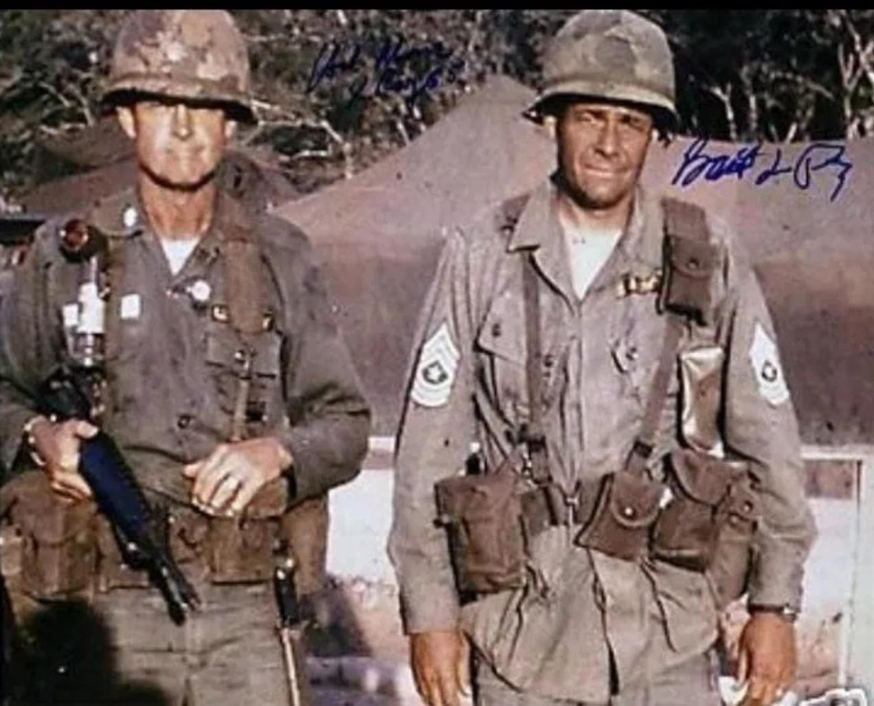 A sinistra il colonnello Hal Moore, affiancato dal sergente maggiore Plumley