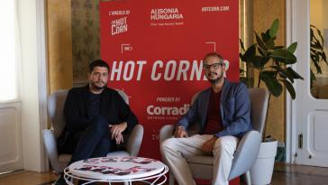 Claudio Giovannes e Andrea Morandi, direttore di Hot Corn. Foto Credits: Jessica Zufferli