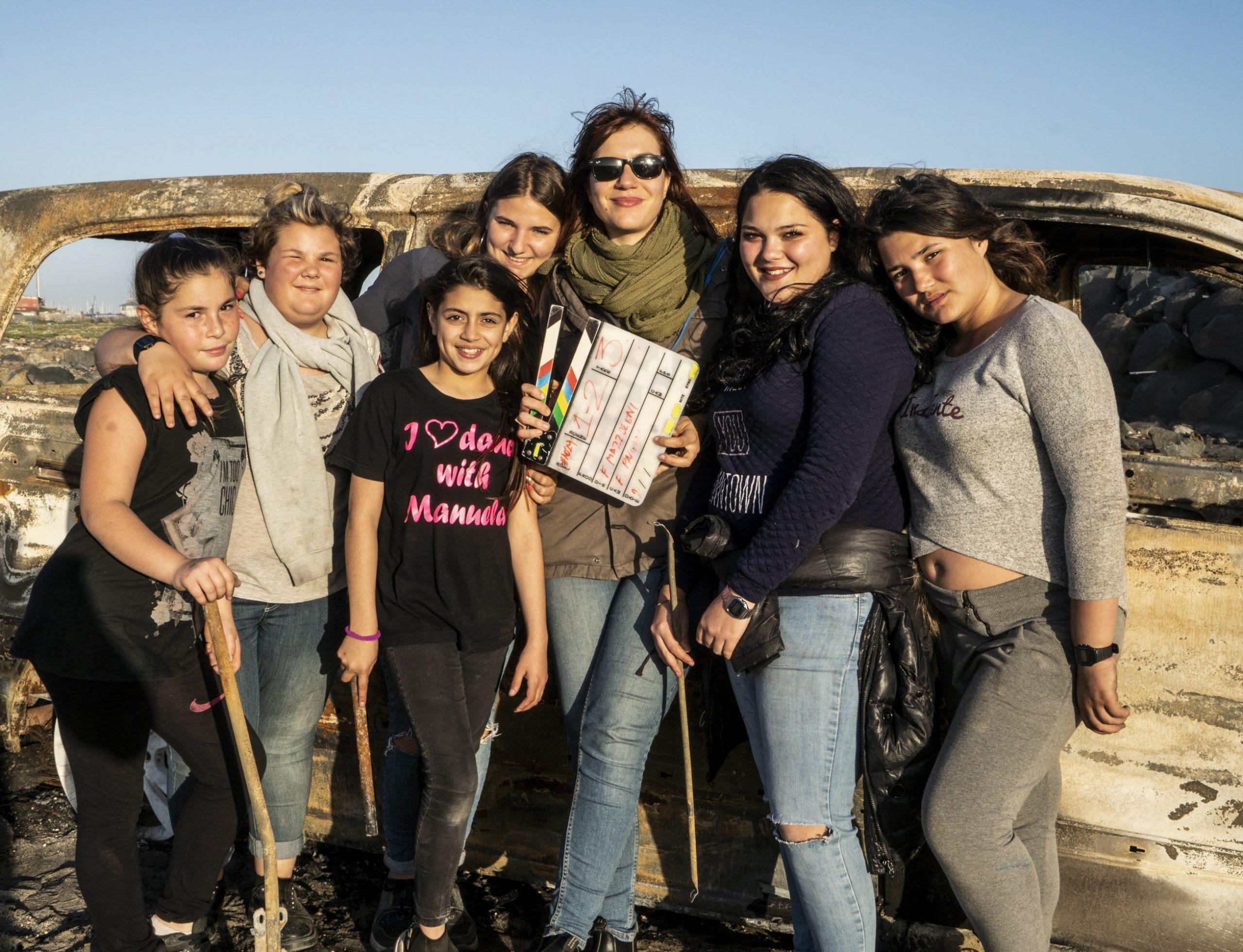 Francesca Mazzoleni e le giovani protagoniste di Punta Sacra