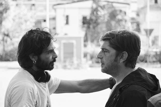 Libero De Rienzo sul set di A Tor Bella Monaca Non Piove Mai, insieme a Marco Bocci