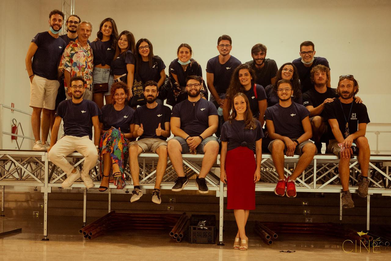 Il team di Cattive Produzioni con i volontari della rassegna Ciné. In mezzo, anche GIovanni Storti...