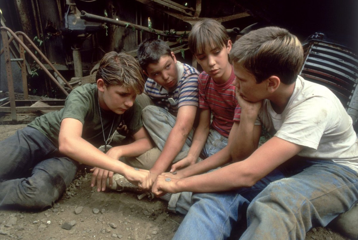 Corey Feldman, Jerry OConnell, Wil Wheaton and River Phoenix in a scene from Stand by me.